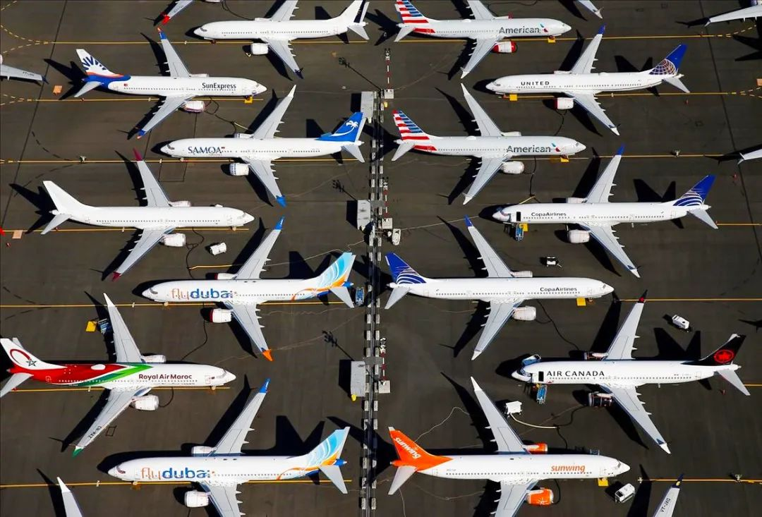 """全球全面停飞,各地飞机场变""""飞机展览馆"""""""