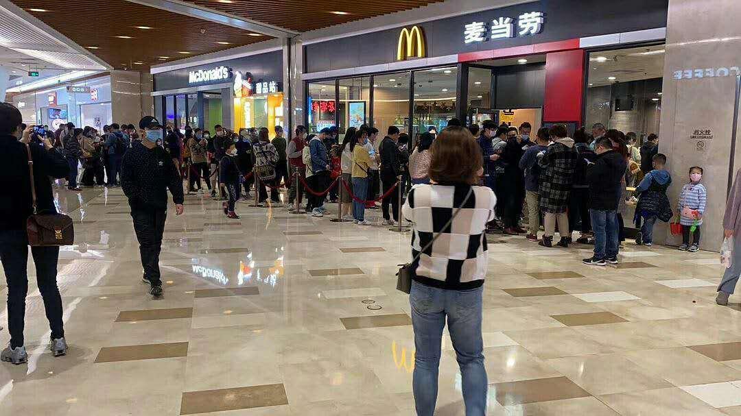 疫情还没结束,怎么年轻人开始抢起麦当劳了?